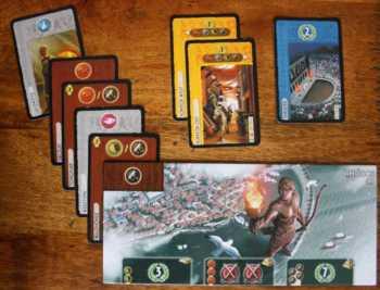 Die braunen und grauen Karten zeigen die Rohstoffe an, über die der Spieler pro Spielzug verfügt.