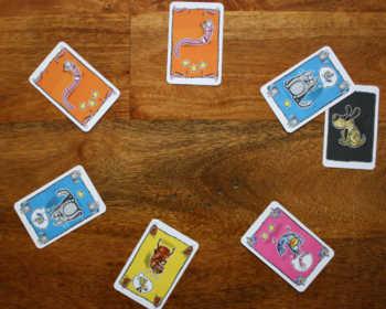 1: Die Karten werden ausgelegt.