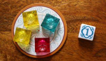 1. Der Startspieler entscheidet sich für diese Manufaktur und legt seinen Startspielermarker in die MItte.