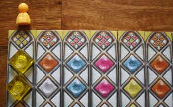 3. Er baut die beiden gelben Glassteine in den Streifen ein, über dem sein Glaser aktuell steht.
