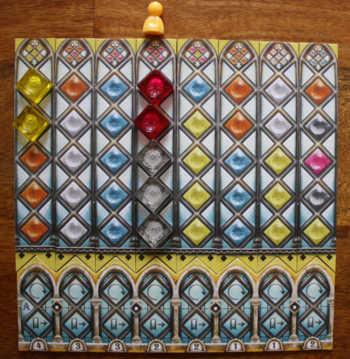 1. Der Spieler legt die beiden roten Glassteine ab und vervollständigt somit den Streifen.