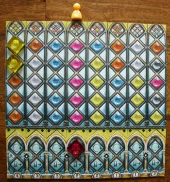 2. Er legt einen Glasstein in das obere Palastfenster und dreht den Streifen um.