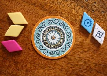 2. Der Spieler nimmt sich alle gelben und die Joker-Fliese und schiebt den Rest in die Mitte.