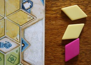 3. Der Spieler legt alle Fliesen zunächst neben seine Spielertafel.