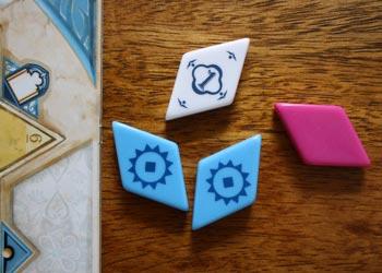 Spieler 2 legt alle Fliesen ebenfalls neben seiner Spielertafel ab.