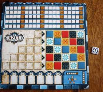 Jeder Spieler erhält ein Tableau und einen Punktemarker.