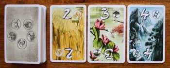 Drei offene Karten und ein Nachziehstapel.