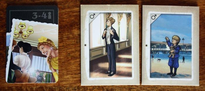 Tauschkarten und restliche Mappen in der Tischmitte bei 4 Spielern.