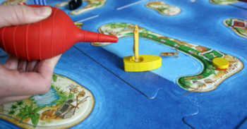 Der Blasebalg simuliert die Windböen und bewegt die Schiffe.