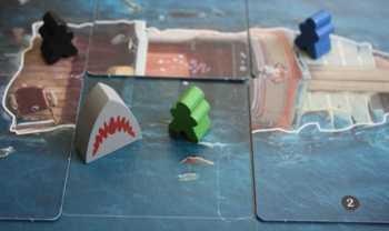 Quint ist ins Wasser gefallen und wird vom Hai angegriffen.