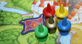 Die Spieler starten vor dem Schloss.