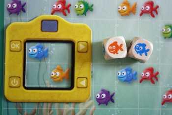 Die Spieler müssen einen blauen und einen orangen Fisch zusammen fotografieren.