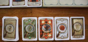 Die Auslage an Hinweiskarten in Holmes.