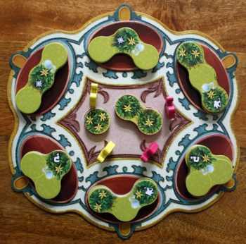 Der Vorratsteppich wird mit Schalen, Pflanzen und Blüten ausgestattet.