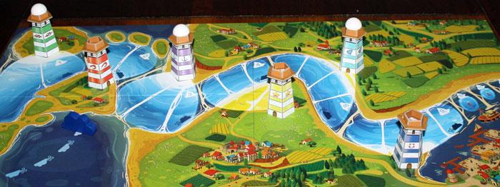 Der aufgebaute Spielplan samt Leuchttürmen.