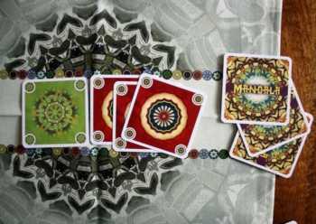 Eine Karte ins Zentrum legen, bis zu drei Karten nachziehen.