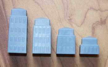 Es gibt vier unterschiedlich hohe Bauteile.