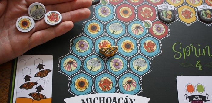 Der Spieler zieht seinen Schmetterling 3x um ein Feld weiter.