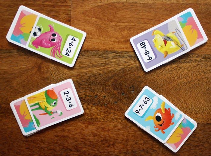 Die Spieler decken ihre oberste Karte auf.