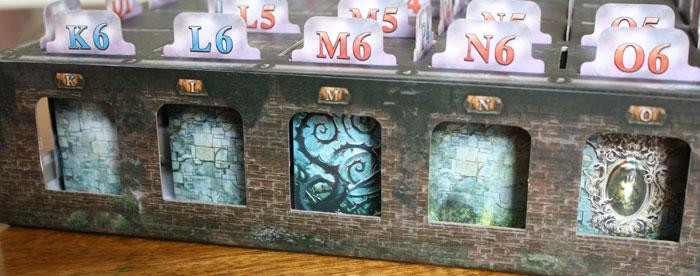 Die Seitenansicht der vorbereiteten Spielbox.