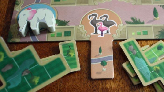 Der Spieler zieht mit dem Elefanten über das Nachwuchsfeld des Flamingos.