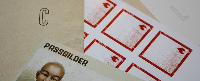 Wieder gibt es viele Stickerbögen, mit denen das Zubehör überklebt und die Spielregeln erweitert werden.