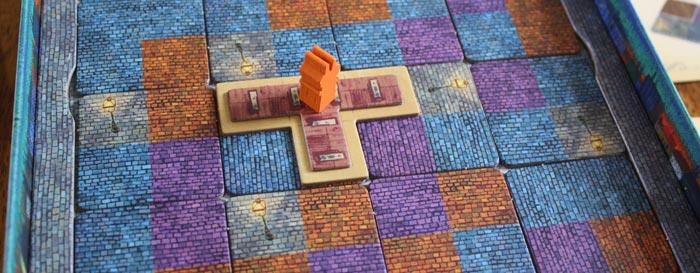Der Spieler baut sein erstes Gebäude und markiert es mit dem Schornstein.