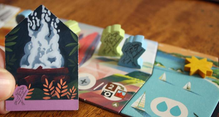 Der Spieler muss sein Lagerfeuer einsetzen, um auf dasselbe Feld ziehen zu dürfen.