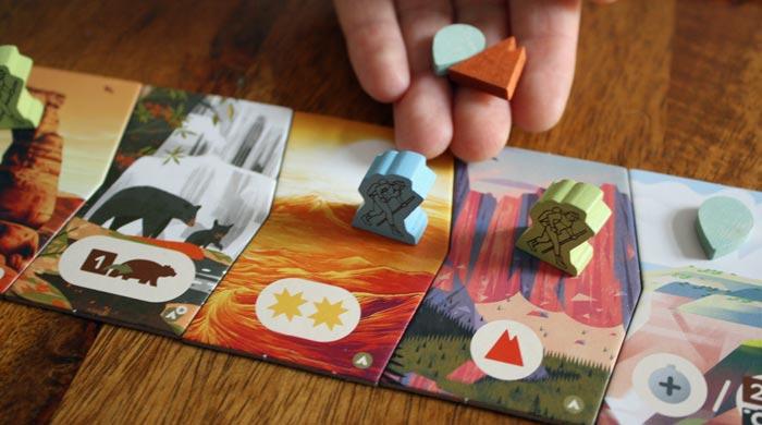 Der zweite Spieler zieht noch weiter und erhält zwei Ressourcen.