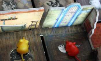 Die rote Maus findet die erste Zaubertür.