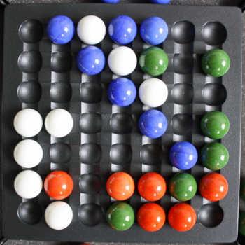 1. Blau verbindet 5 Kugeln und erhält Punkte..