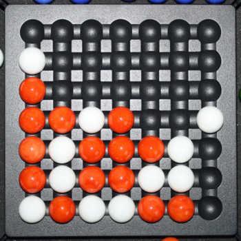 2 Spieler: Rot gewinnt mit seinen 5 Kugeln in einer Reihe.