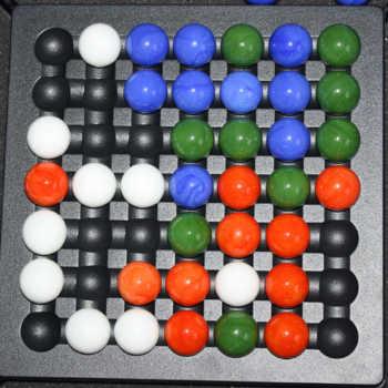 3/4 Spieler: Blau gewinnt mit seinen 4 Kugeln in einer Reihe.