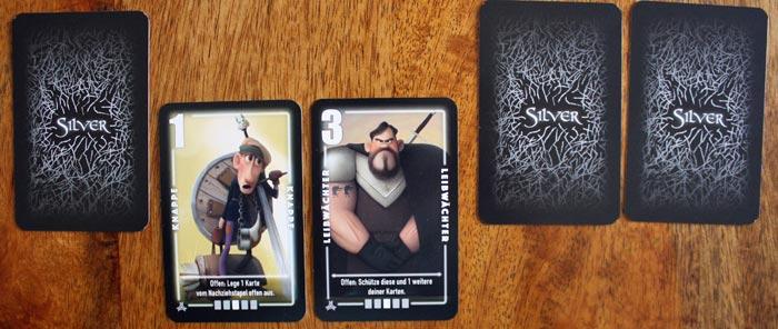 Zwei Karten darf sich jeder Spieler zu Beginn geheim anschauen.