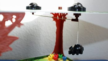 Dank Magnetaufhänung schwebt Spinderella über den Ameisen.schweben.