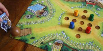 Der Spieler legt die Kugel auf die untere linke Ecke und stößt sie mit dem Kugelschubser an.