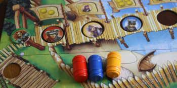 Der Spieler bewegt die Wikinger-Plättchen in beliebiger Reihenfolge auf dem Steg weiter.