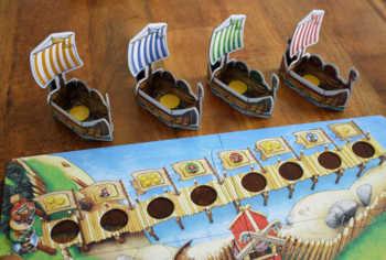 Der Spielplan und die Schiffe werden zusammengebaut.