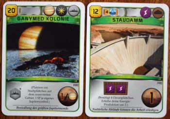 Zwei grüne Projektkarten aus Terraforming Mars.