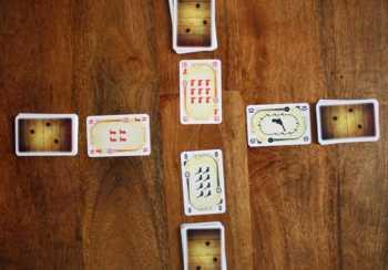 Jeder Spieler legt eine Karte ab.