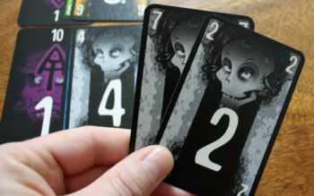 Der Rückwärtstrick mit zwei grauen Karten.