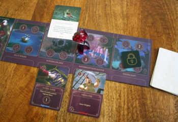 Ein Gegenspieler legt dem Käpt'n eine Schicksalskarte ins Reich.
