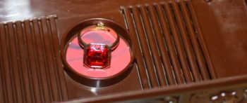 Der Ring wird in das Innere der Truhe gelegt.
