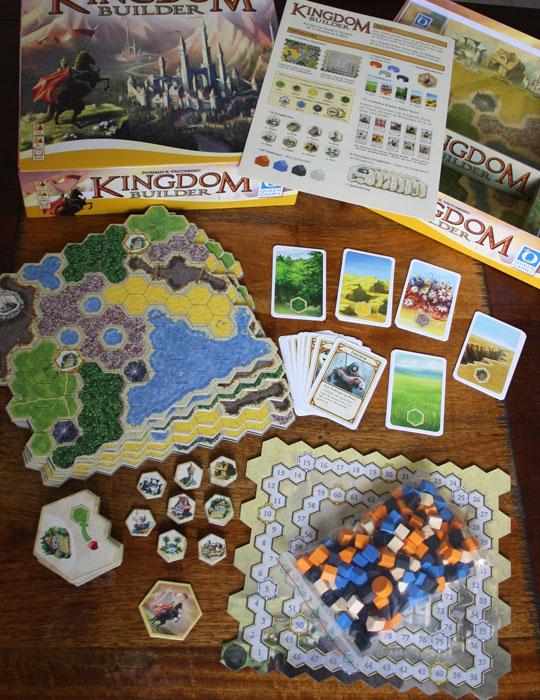 Das umfangreiche Spielzubehör von Kingdom Builder.