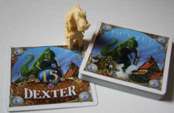 Dexter-Zubehör - die Spielfigur, Monster- und Bonuskarte.
